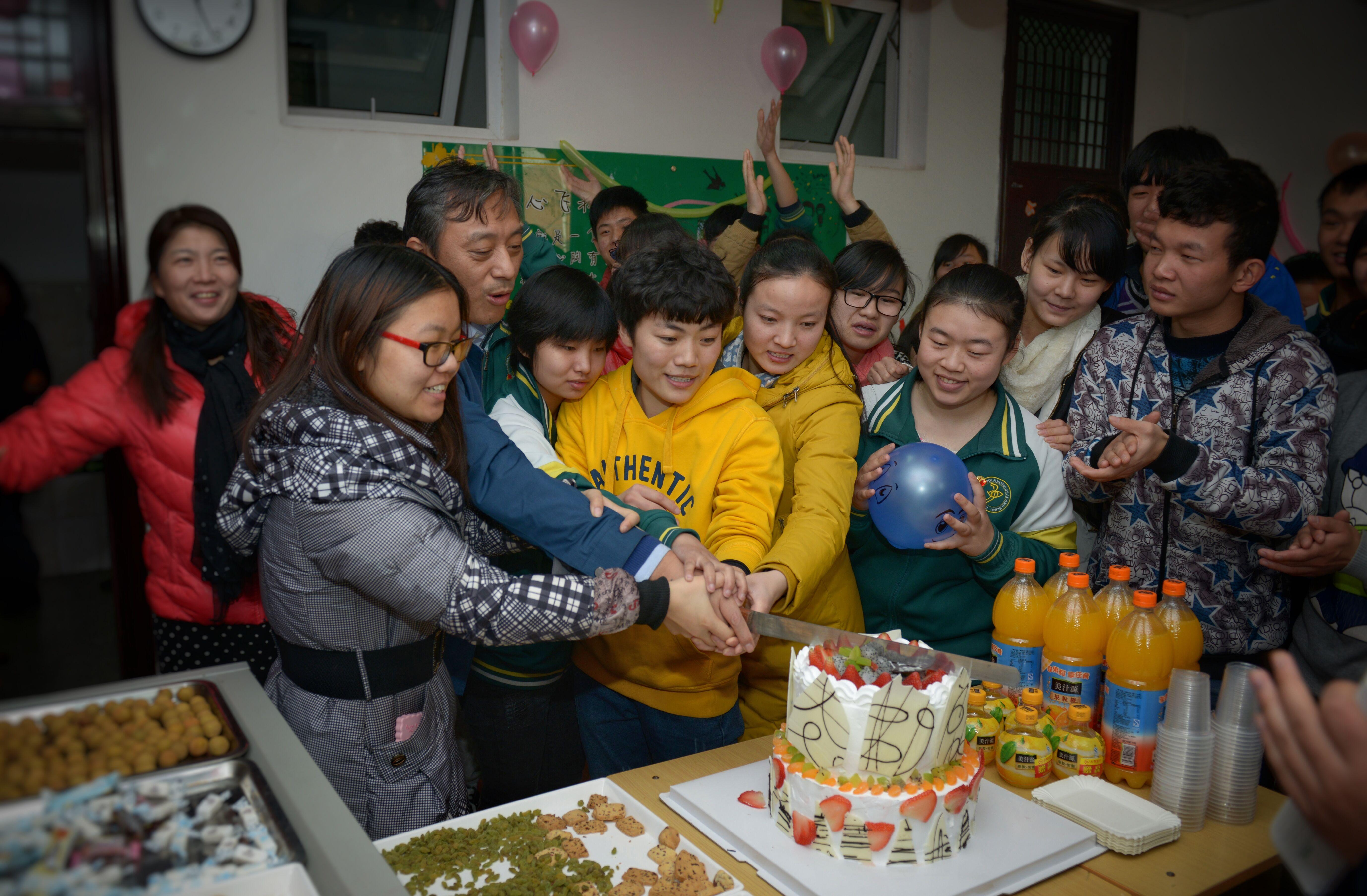 """郑州市盲聋哑学校开展""""迎新春 庆元旦""""活动"""