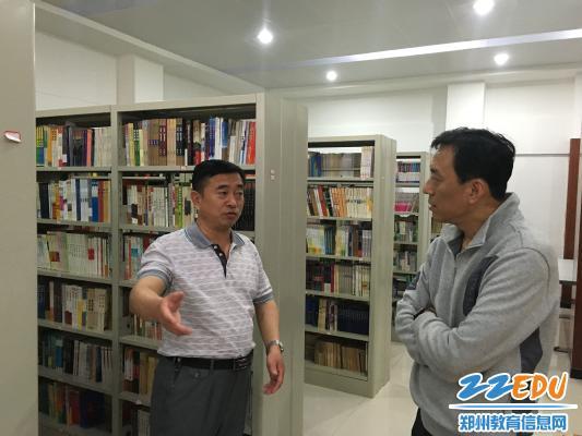 王玉新与郑州盲聋哑学校校长孙建国谈读书对残障儿童的引领作用-新图片