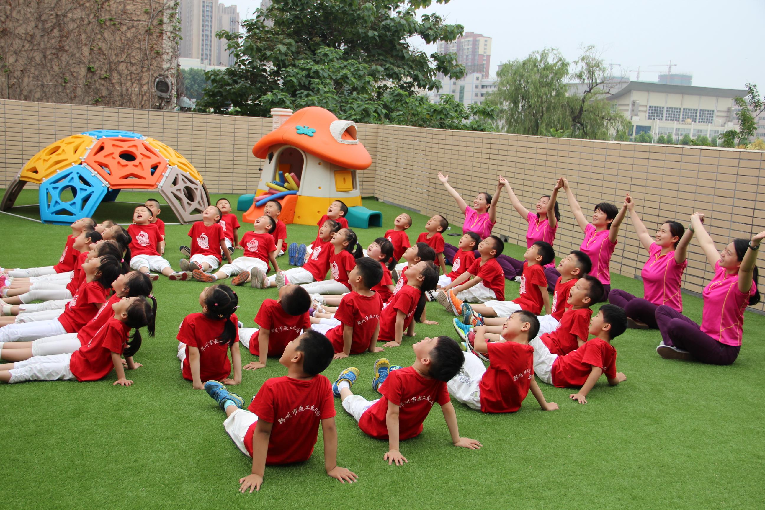市教工幼儿园拍摄创意毕业照 记录孩子快乐童年图片