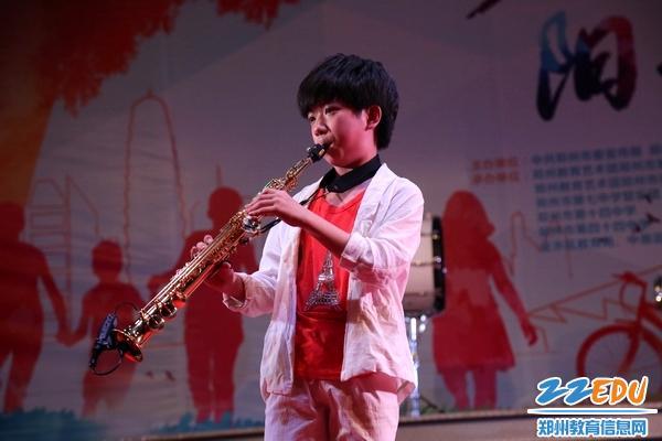 萨克斯独奏《回家》-郑州19中在绿城广场艺术展演活动赢得社会好评图片