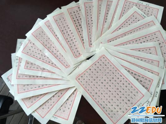 歌的整齐规范的书法作品摆在桌上,让评委啧啧称赞.-郑州47中开展