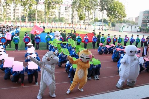 运动会入场式上,各班以形式各异的队形,口号,展示班级的精神风貌.图片