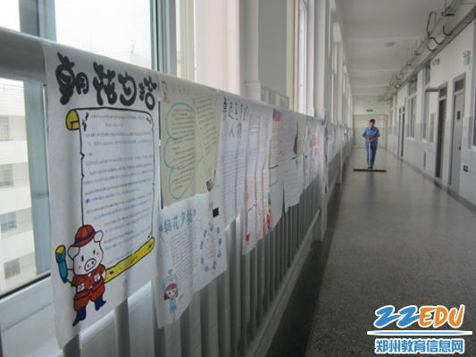 每周的基础阅读之后每个班级都会设计不同形式的提升任务,如手抄报