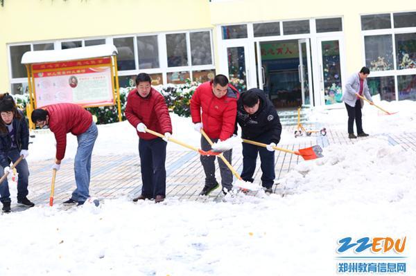 义务扫雪,温暖寒冬 市实验幼儿园开展义务扫雪活动图片