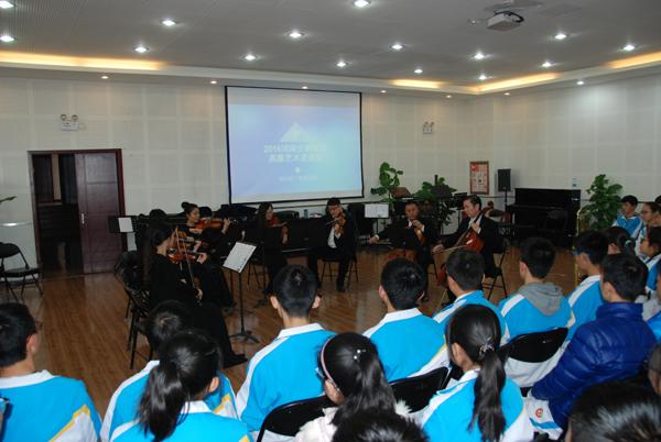 11月28日,河南省交响乐团的演奏家们走进郑州四中,为高中部的高中们上同学国产gv图片