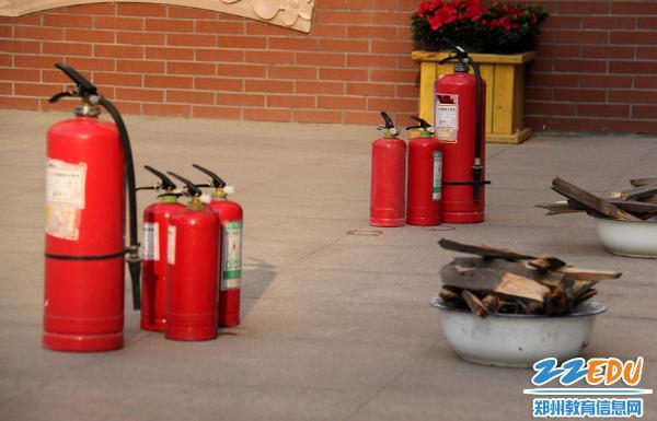 演练科目包含:地震避险、震后疏散、灭火器使用、师生受伤后的处理等环节.