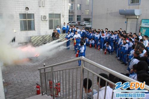 学生们实际操作灭火器灭火