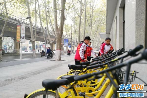 宣传宪法、整理单车,七中志愿者活动花样多
