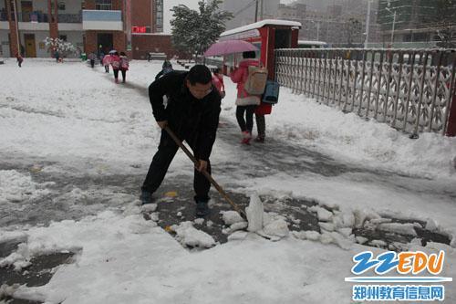 家校联合扫雪忙图片