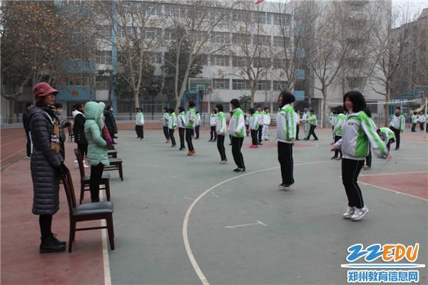 举行七 八年级跳绳比赛
