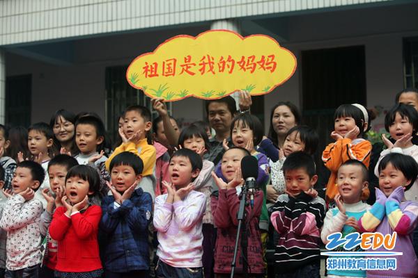 小朋友们集体朗诵爱国诗歌表达对祖国的热爱
