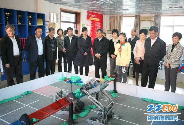 查组查看二七区淮河东路小学机器人比赛项目展示-全国人大常委会执图片
