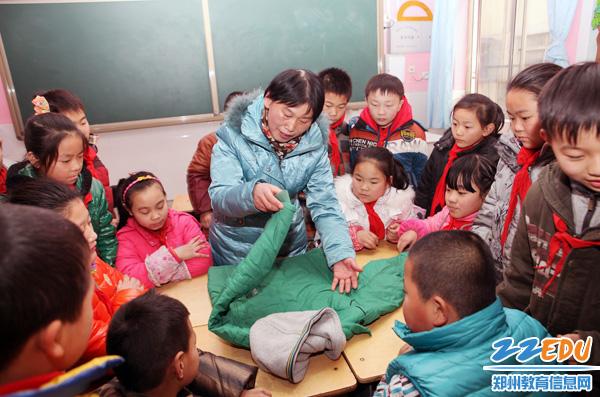 川街小学王敬业老师带着学生学习做家务,叠衣服、缝扣子、包饺子