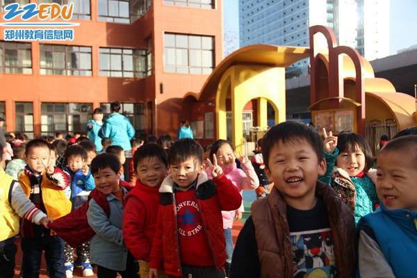 郑州现久违蓝天,看孩子们都开心成啥样了~