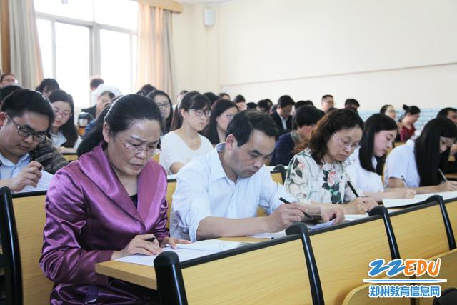 郑州四中老师积极参与听课-感受课堂魅力 新加坡中小学校长代表团一图片