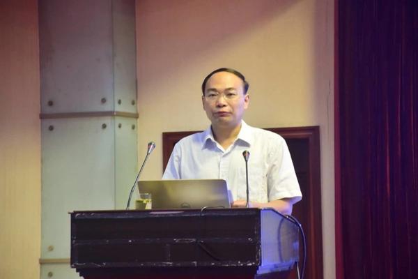 郑州47中副校长栗红涛在高中分会场做总结性发言