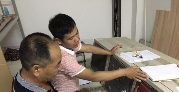 3 消防设备公司经理宋东升对学校消防控制室操作进行培训