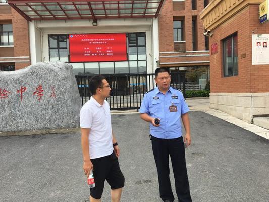 4 交警二大队队长许建军来学校实地查看交通安全状况