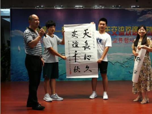 中方家庭展示为晋州市政府赠送的书法作品