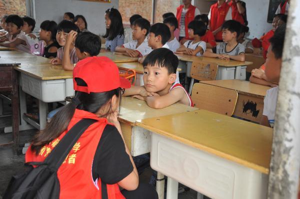 2志愿者同学和小朋友交流