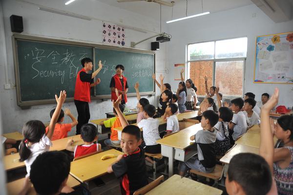 4安全教育课上孩子们踊跃互动