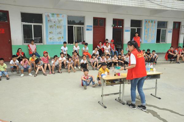 5志愿者同学为小朋友们进行化学实验演示