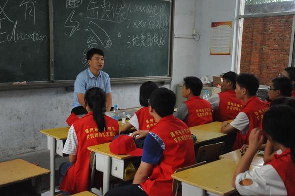 7学生发展处黄坦主任带领志愿者们做活动反思