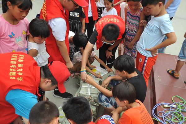 8郑州九中志愿团队为孩子们带去爱心书籍