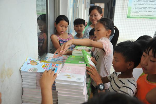 9孩子们被多彩的课外书籍吸引了