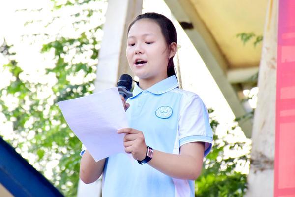 学生代表李晨菲发言