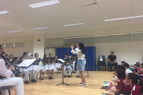 与新加坡培青小学结为友好学校,进行艺术双向交流rh3