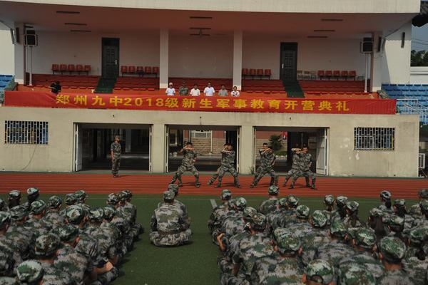 1郑州九中2018级新生军事教育开营典礼