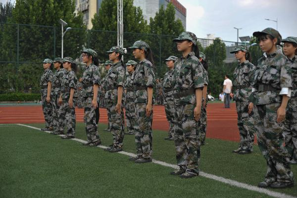 """9刚入军营的""""女兵""""们"""