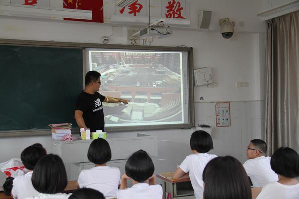 为孩子们描绘郑州八中的美好蓝图