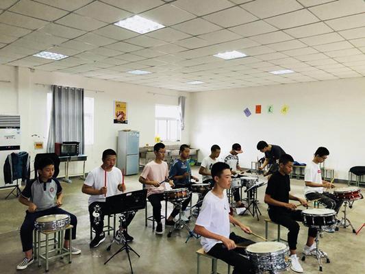 西安音乐学院老师指导管乐团鼓手