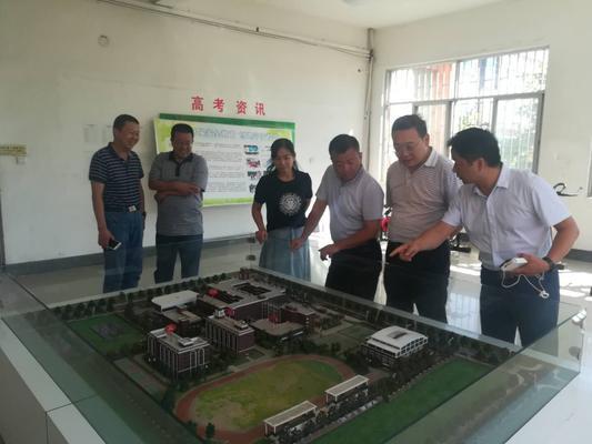 观看新校区建设规划沙盘