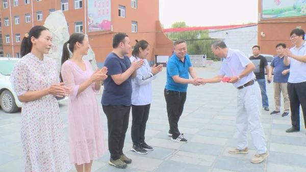 荥阳市人大慰问张淑霞、赵炎利领导一线高中教师剪纸美术图片