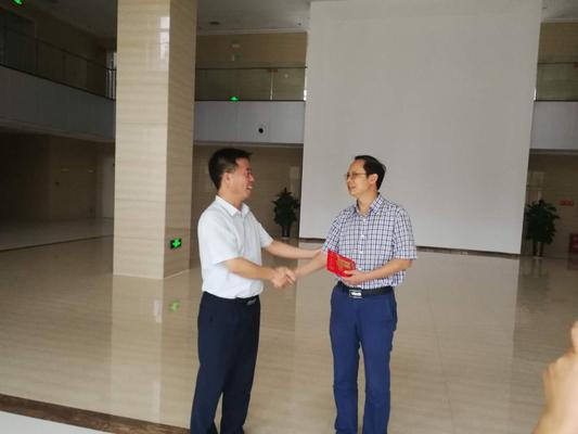 荥阳市教体局领导走访慰问一线教师