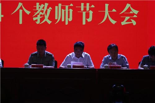表彰大会由中牟县委常委、县委办主任张胜利主持