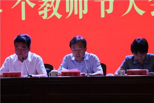 中牟县委常委、组织部长耿志国宣读表彰决定