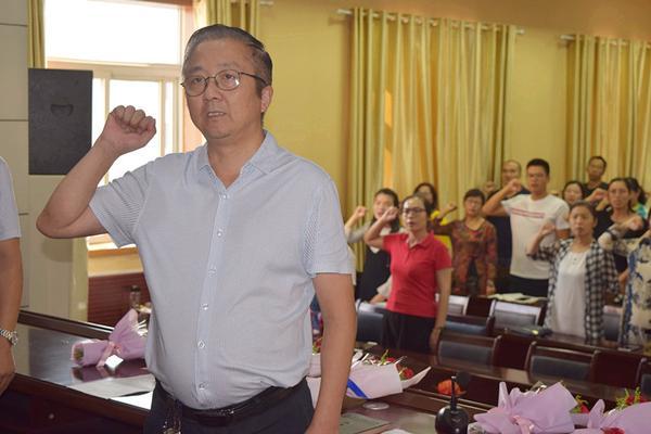 郑州三中党总支书记、校长查保翔带领全体教职工一起进行宣誓_副本