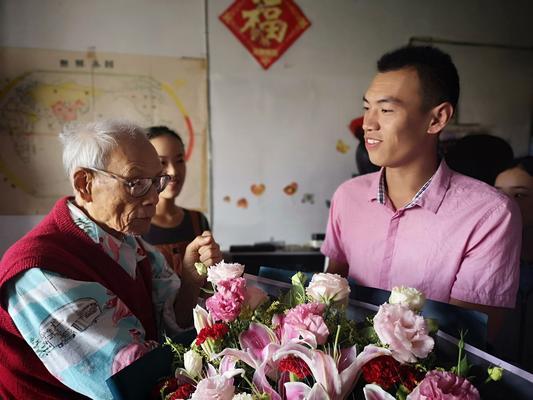 郑州八中黄晓杰老师向涂金声老师送祝福
