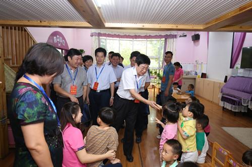 3区人大代表亲切的和孩子们打招呼_副本