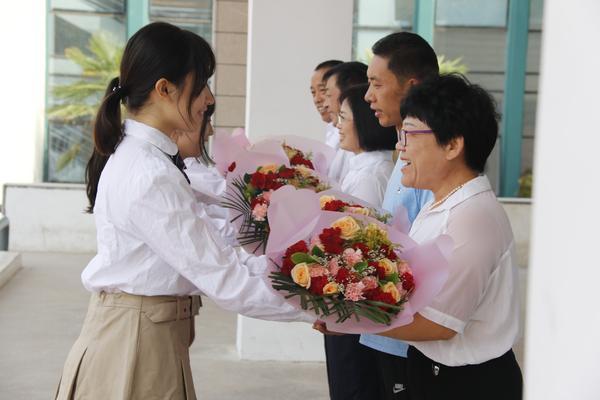 学生向老师献花