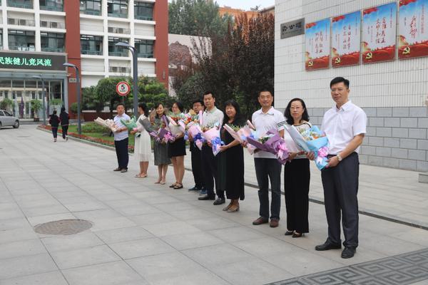 1.校領導和中層干部在校門口列隊向老師獻花