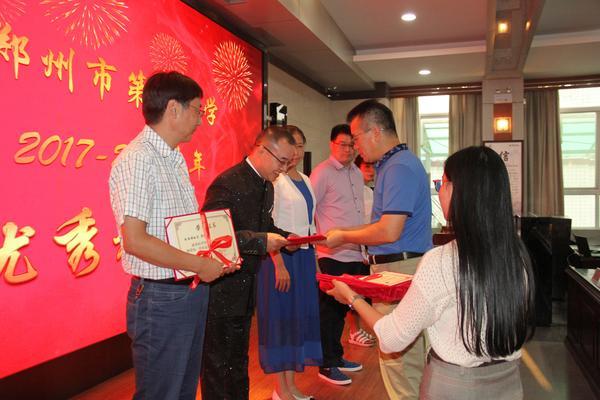 4.校长郅广武为优秀教研组颁发荣誉证书
