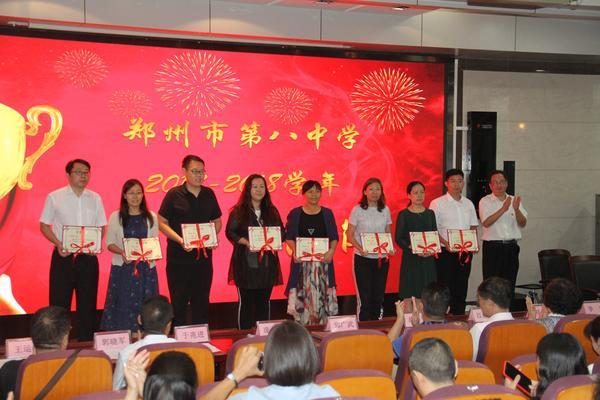 5.校党委书记庞非为党员示范岗老师颁发荣誉证书并合影留念