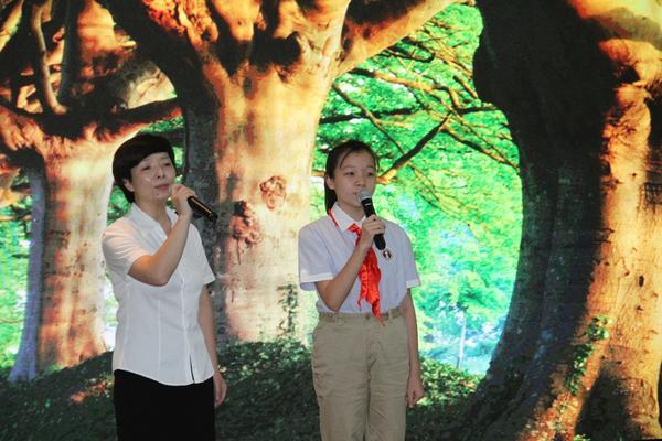 9.丁东方老师和八·9班王方艺同学二重唱《好大一棵树》