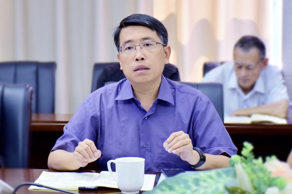郑州市教育局教研室副主任孙红保讲话,强调一轮复习的定位