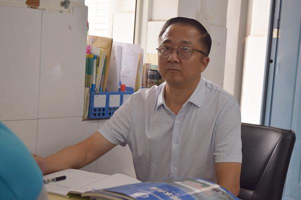 郑州三中党总支书记、校长查保翔和诊断组一道进班听课_副本